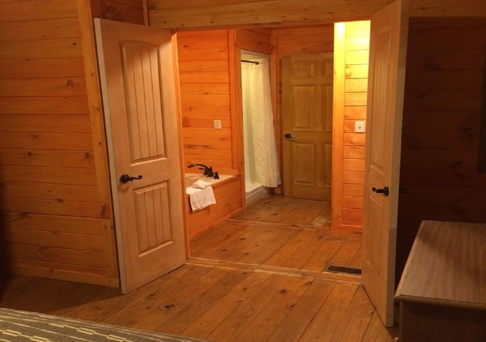 Room, The Smokehouse Lodge and Cabins