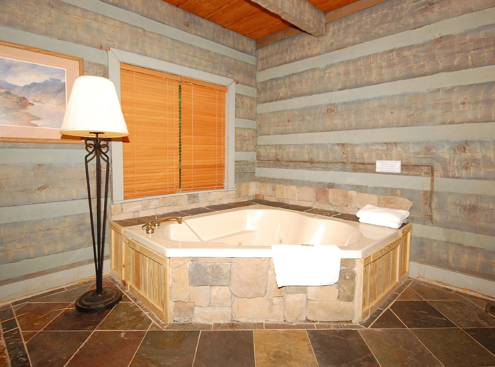 Bathroom, The Smokehouse Lodge and Cabins