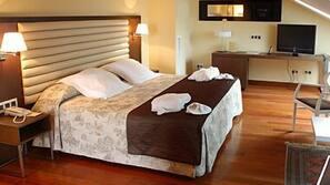 Minibar, caja fuerte, escritorio y cunas o camas infantiles gratuitas