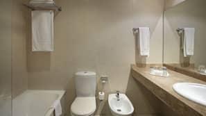 Baignoire, baignoire relaxante profonde, articles de toilette gratuits