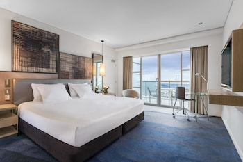 Deluxe Room, 1 King Bed, Harbor View - Guestroom