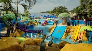 3 piscinas al aire libre, sombrillas, socorrista en las instalaciones