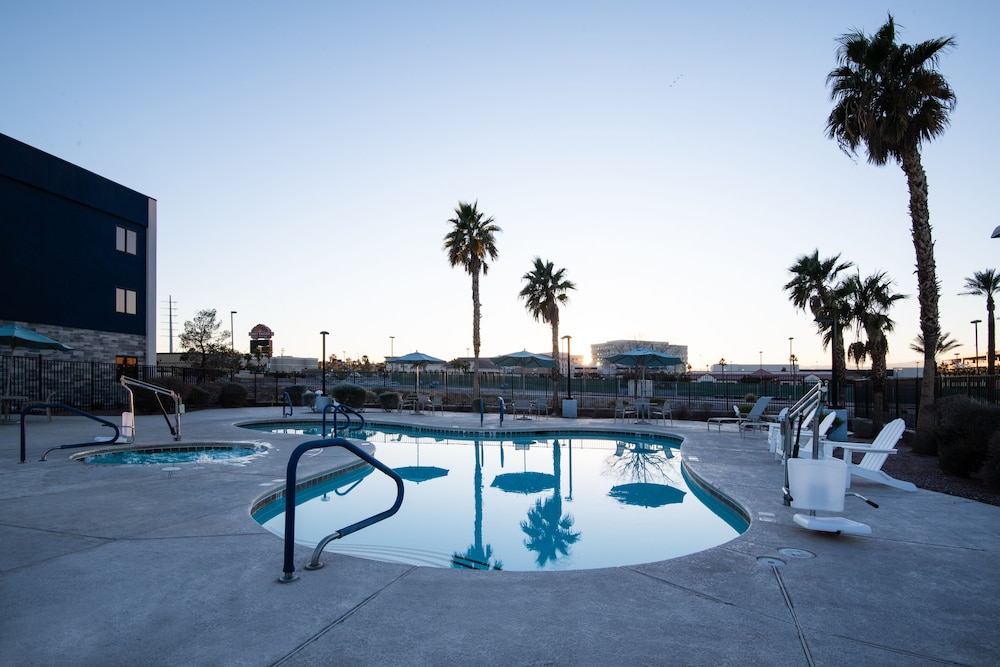 Outdoor Pool, Hampton Inn & Suites Las Vegas-Henderson