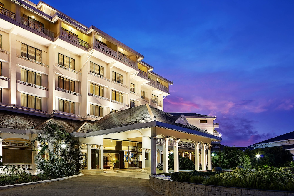 Front of Property - Evening/Night, Le Meridien Kochi