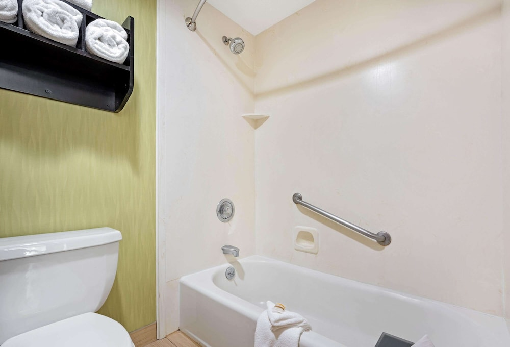 Bathroom, La Quinta Inn & Suites by Wyndham Boise Towne Square