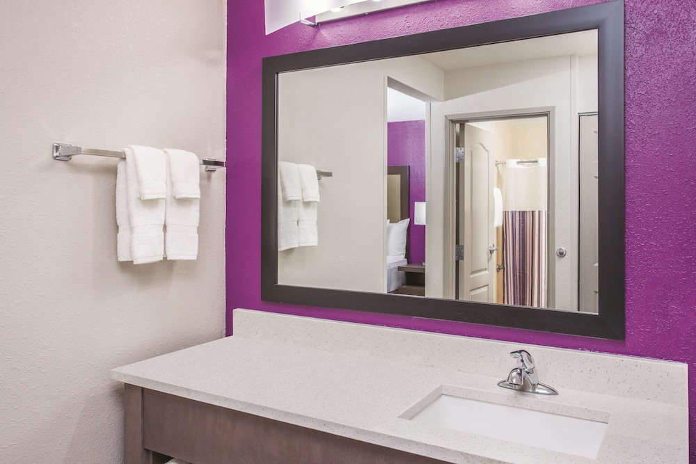 Bathroom, La Quinta Inn & Suites by Wyndham Effingham