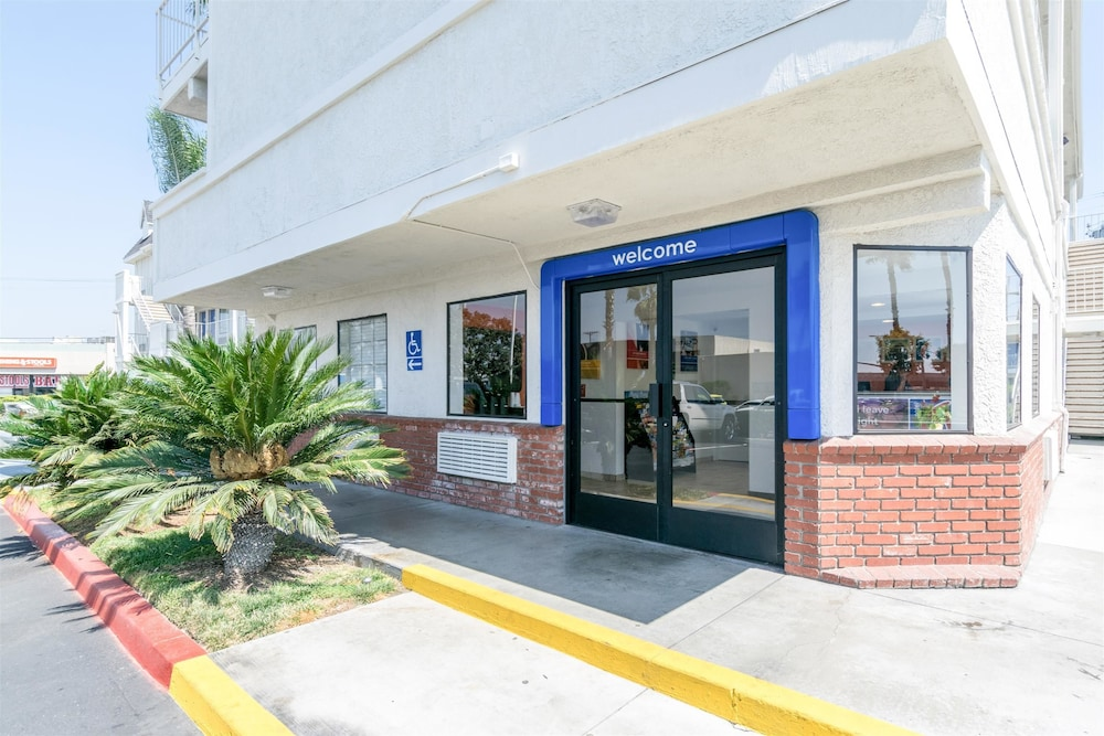 Property Entrance, Motel 6 Anaheim, CA - Fullerton East