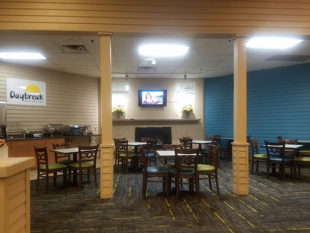 Breakfast Area, Days Inn by Wyndham Bloomington West