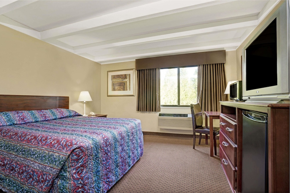 Room, Days Inn by Wyndham Bloomington West