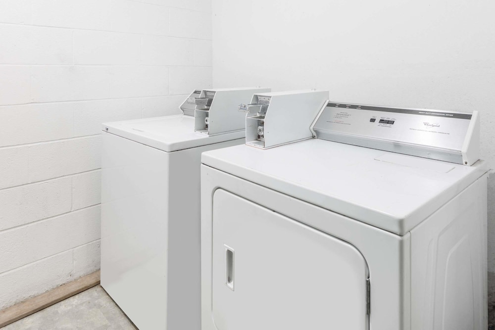 Laundry Room, Super 8 by Wyndham Hope