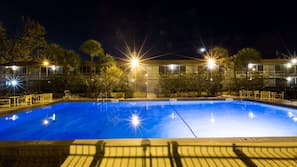 Piscina interna, 2 piscinas externas, espreguiçadeiras