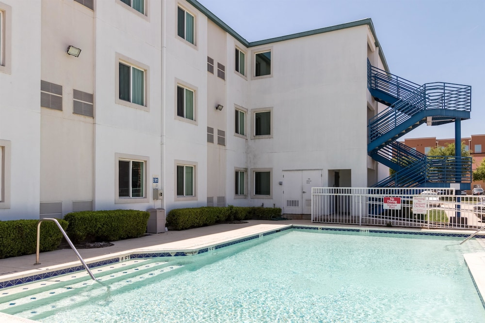 Pool, Motel 6 Irving, TX - DFW Airport North