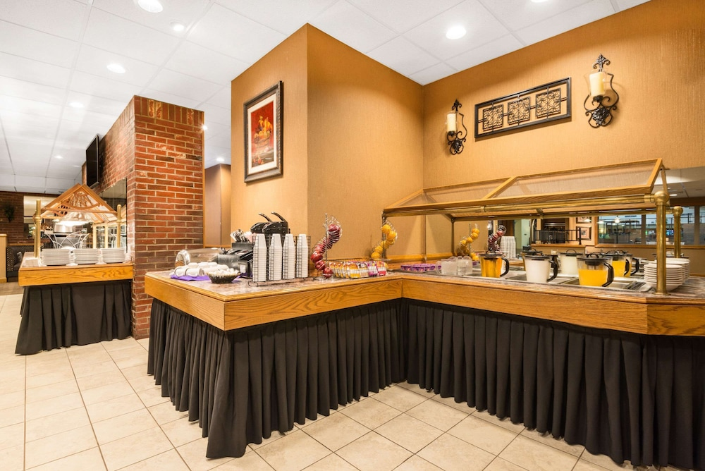 Breakfast Area, Ramada Hotel & Conference Center by Wyndham Paintsville