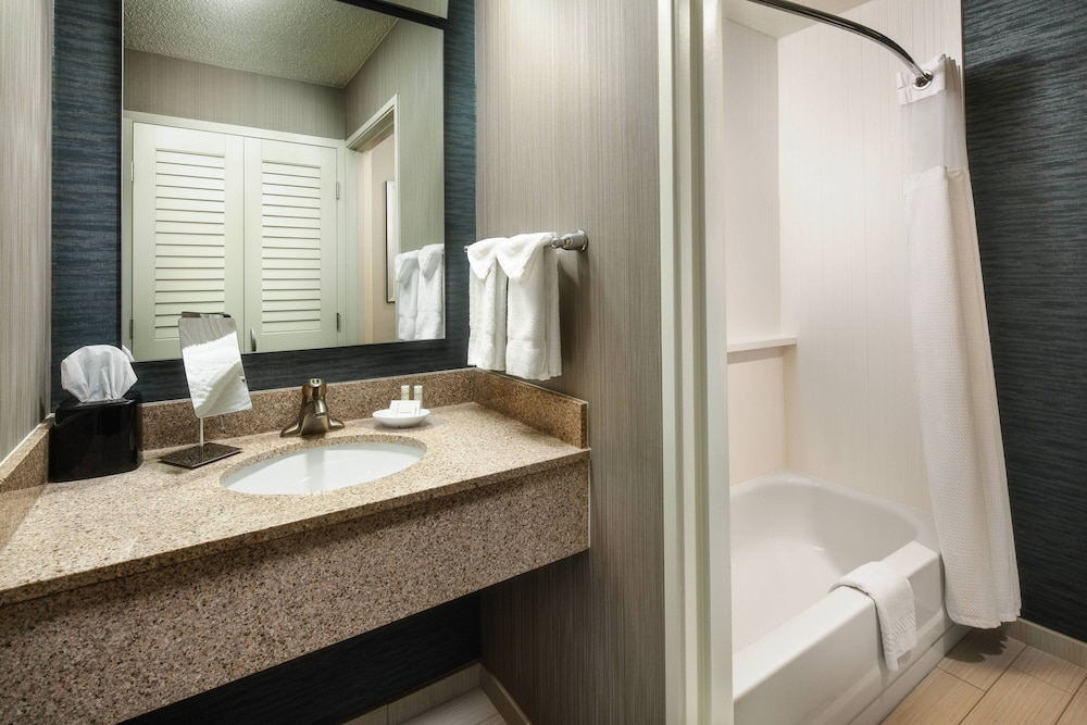 Bathroom, Courtyard by Marriott Indianapolis at the Capitol