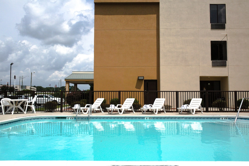 Outdoor Pool, Quality Inn Fayetteville I-95