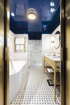 52 rue François 1st, 75008 Paris, France.