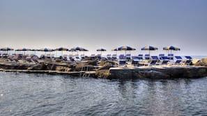 Privat strand, svart sandstrand, cabanor (tilläggsavgift) och solstolar