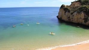 Plage, sable blanc, serviettes de plage, bar de plage