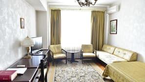 Una scrivania, postazione laptop, ferro/asse da stiro, lenzuola