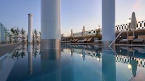 Una piscina al aire libre de temporada (de 11:00 a 23:00), sombrillas