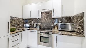 Full-size fridge, microwave, oven, stovetop