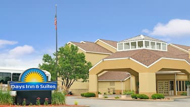 Days Inn and Suites by Wyndham St. Louis/Westport Plaza