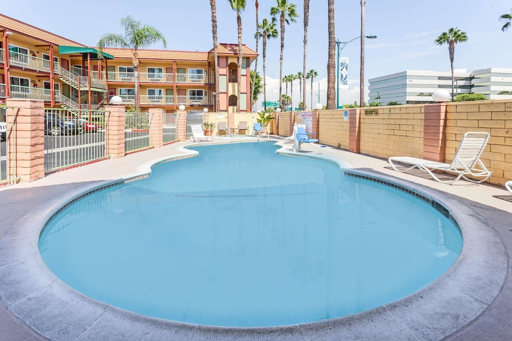 Pool, Super 8 by Wyndham Anaheim/Disneyland Drive