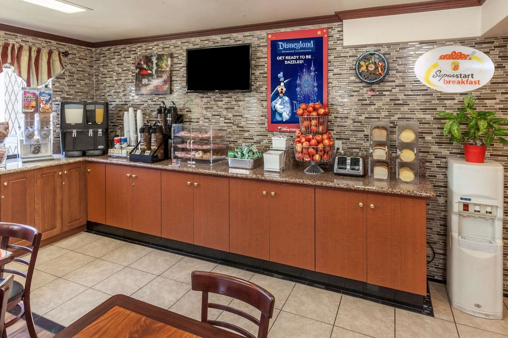Breakfast Area, Super 8 by Wyndham Anaheim/Disneyland Drive