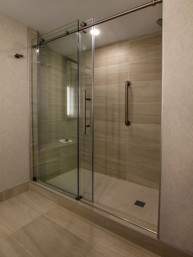 Bathroom Shower, DoubleTree by Hilton Hotel Niagara Falls New York