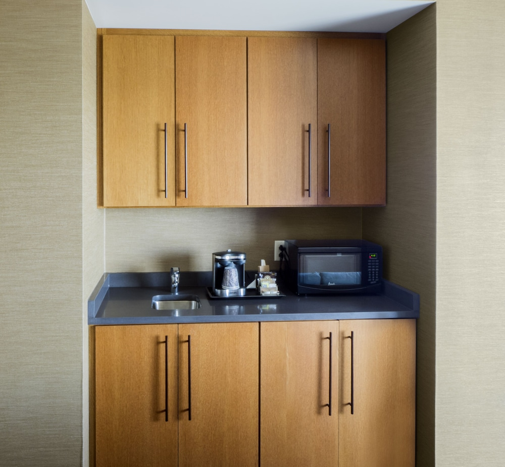 Private Kitchenette, DoubleTree by Hilton Hotel Niagara Falls New York