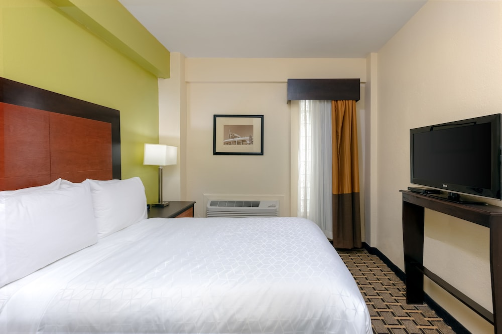 Room, Holiday Inn Express and Suites Atlanta Downtown