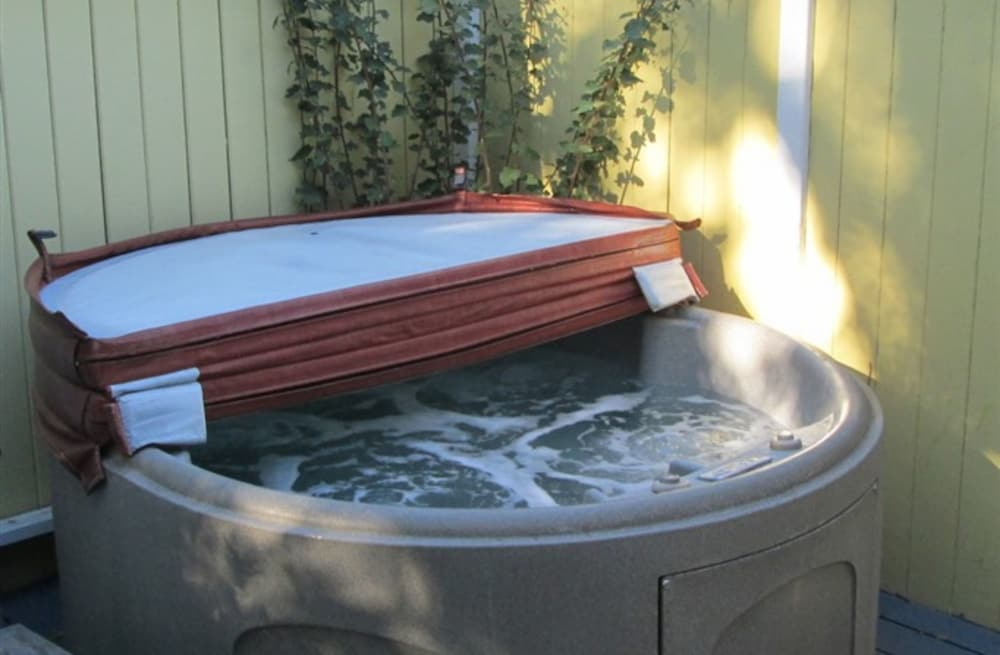 Outdoor Spa Tub, Secret Garden Inn and Cottages