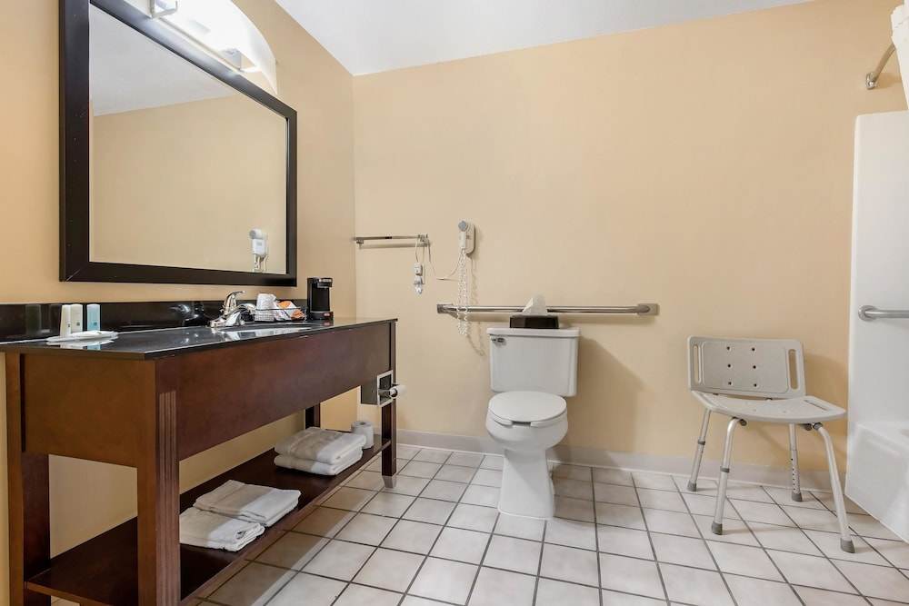 Bathroom, Quality Inn & Suites Lebanon I-65