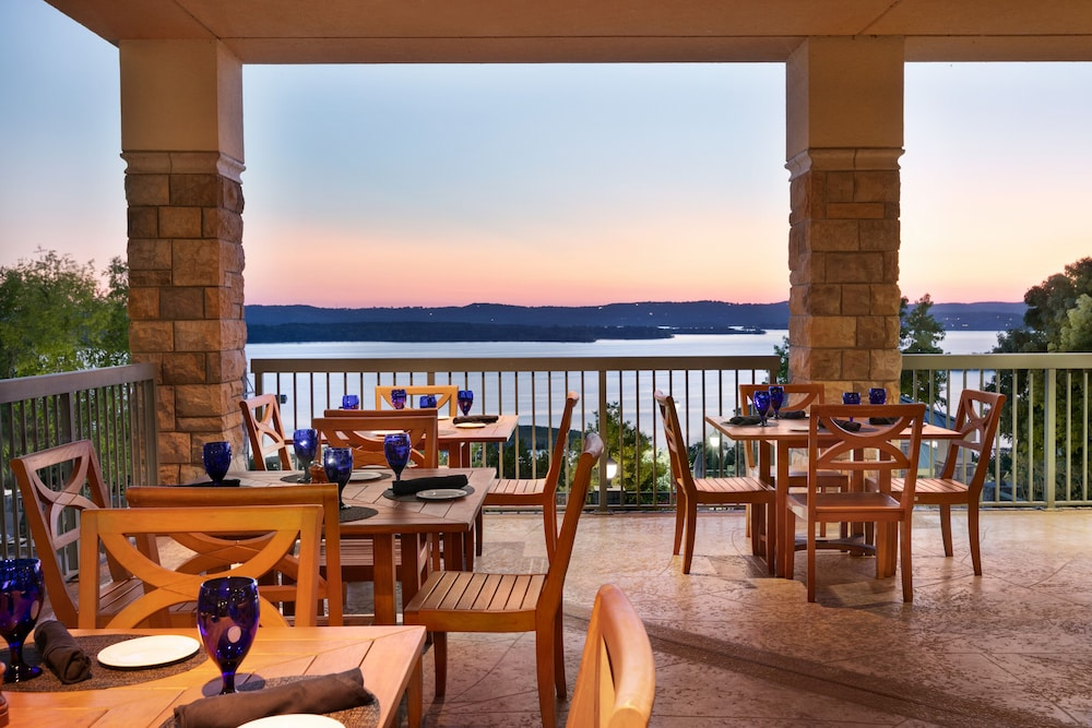 Outdoor Dining, Chateau On The Lake Resort Spa and Convention Center