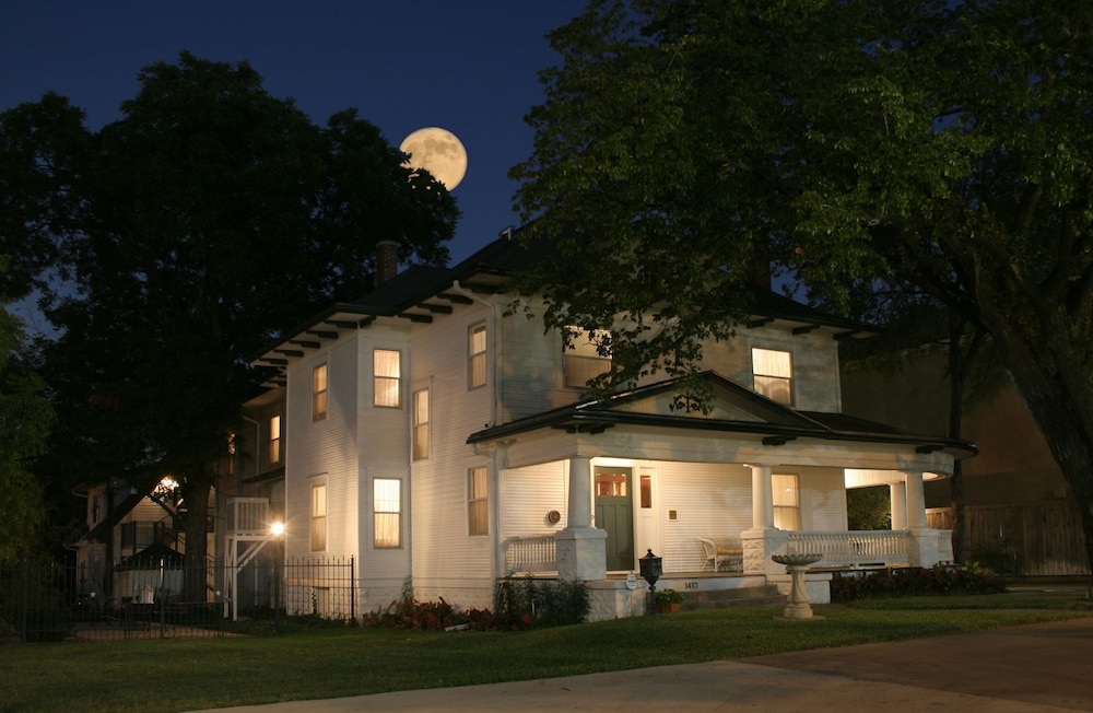 Front of Property - Evening/Night, Texas White House