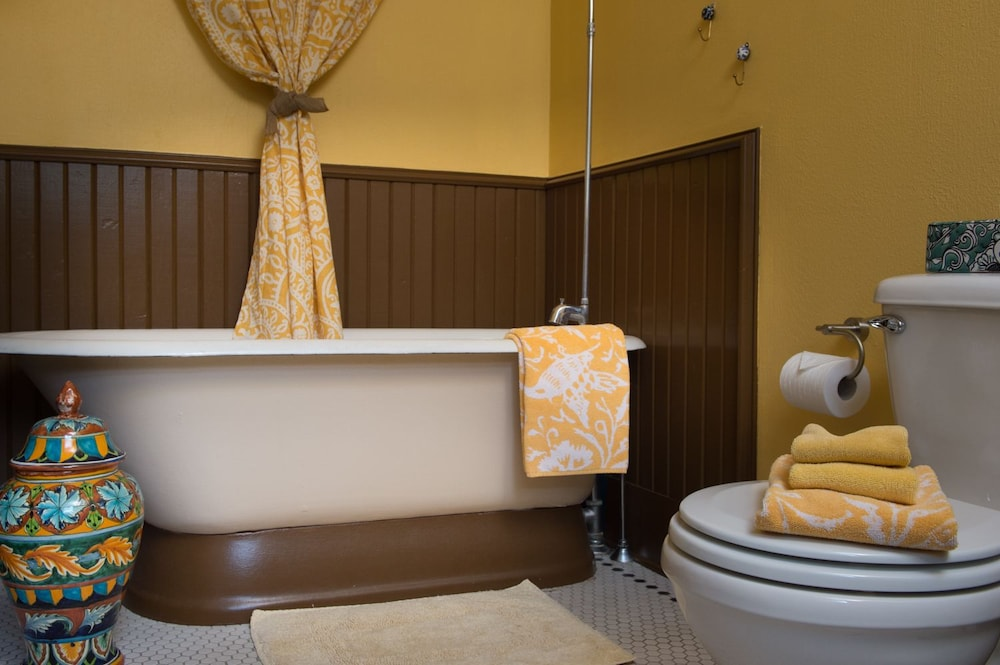 Deep Soaking Bathtub, Texas White House
