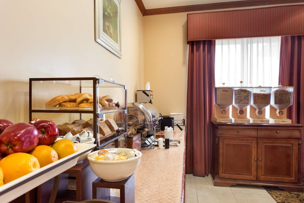 Breakfast Area, Country Inn & Suites by Radisson, Houston IAH Airport - JFK Boulevard