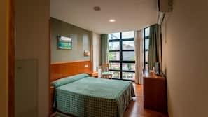 Minibar, escritorio, sistema de insonorización y camas supletorias