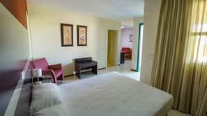 1 dormitorio, ropa de cama de alta calidad, escritorio
