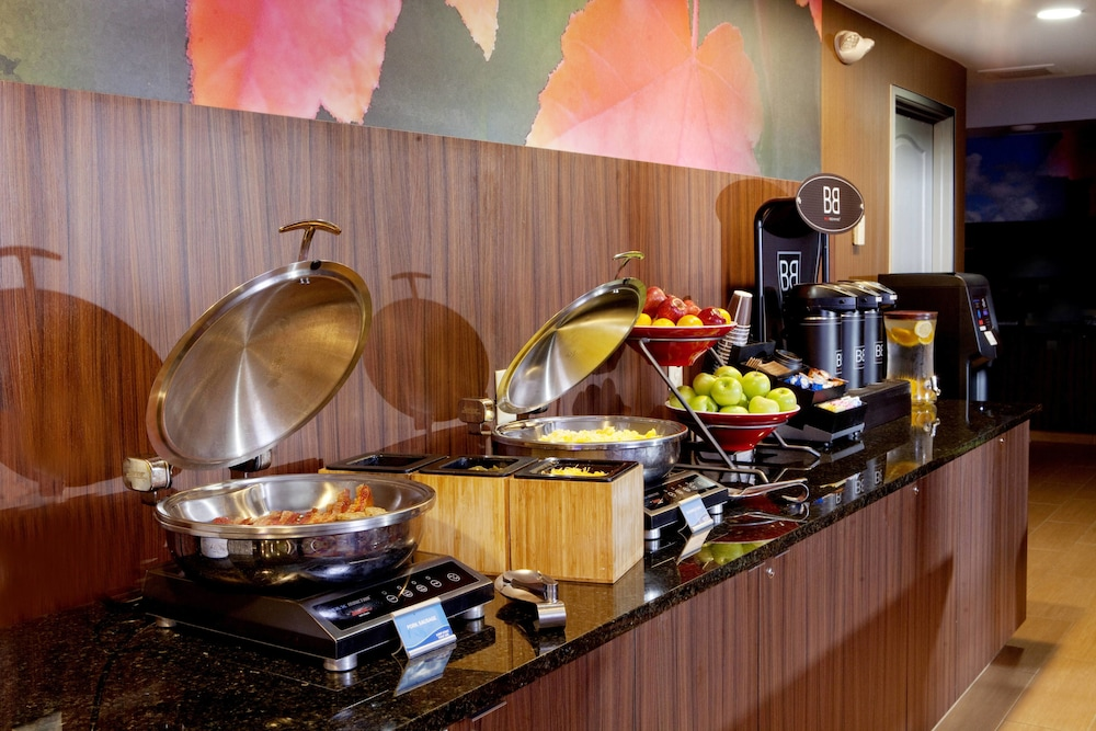 Breakfast buffet, Fairfield Inn & Suites by Marriott Cincinnati Eastgate