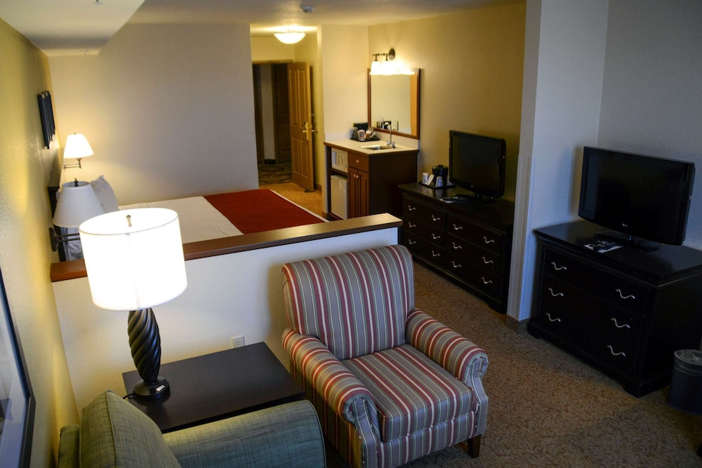 Room, Country Inn & Suites by Radisson, Dundee, MI