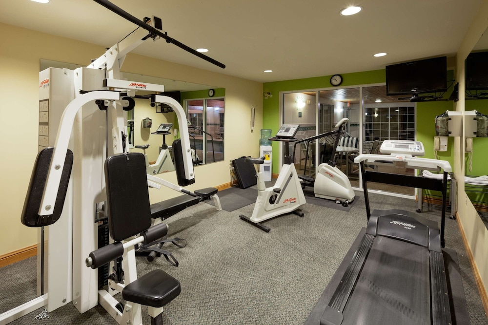 Fitness Facility, Country Inn & Suites by Radisson, Port Washington, WI