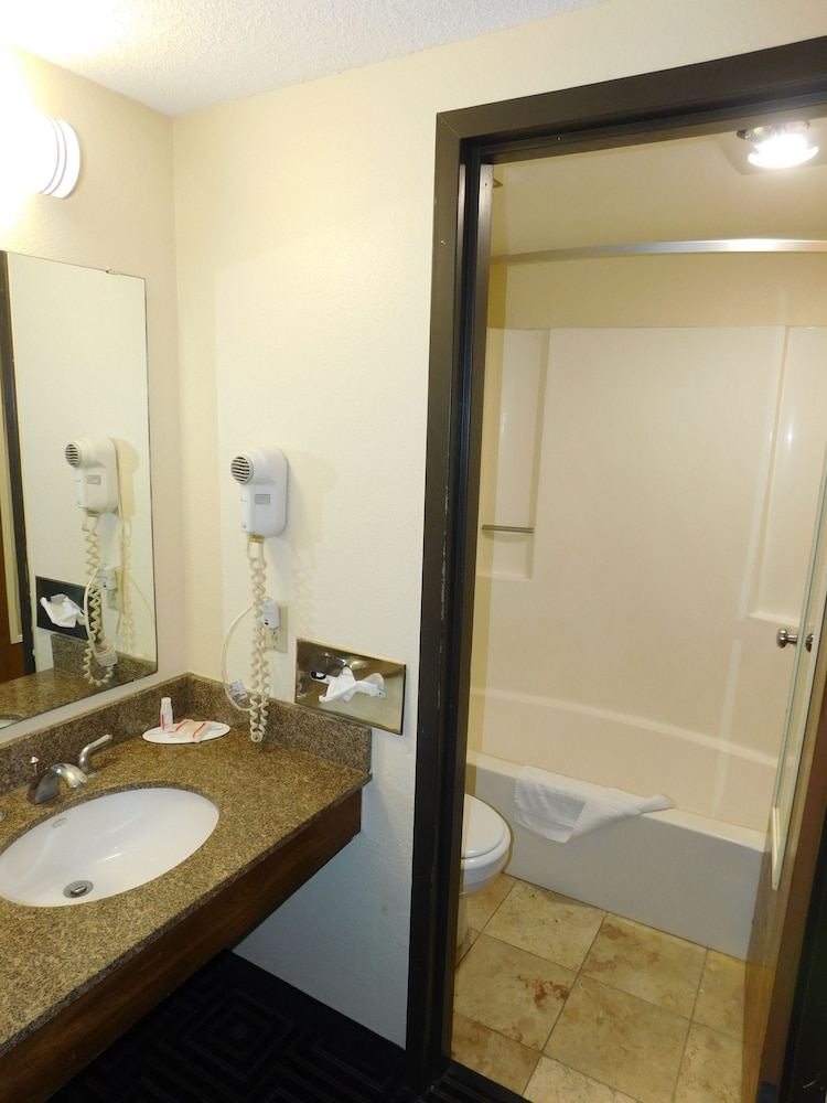 Bathroom, Days Inn by Wyndham Mounds View Twin Cities North