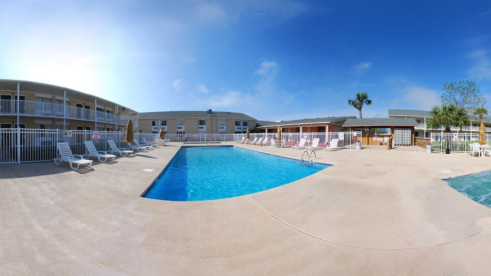 Outdoor Pool, Super 8 by Wyndham Biloxi