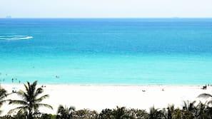 Ubicación a pie de playa, tumbonas, sombrillas y toallas de playa