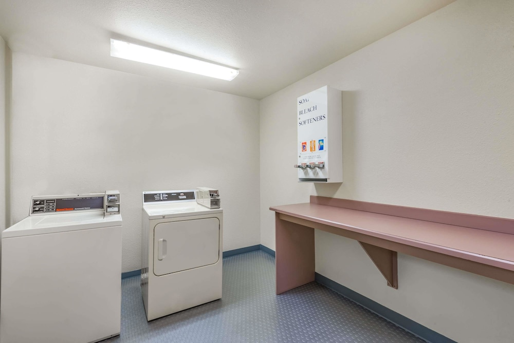 Laundry Room, Super 8 by Wyndham Show Low