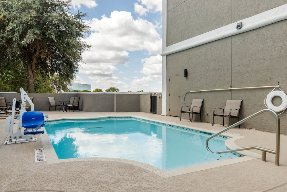Outdoor Pool, Comfort Suites Airport North