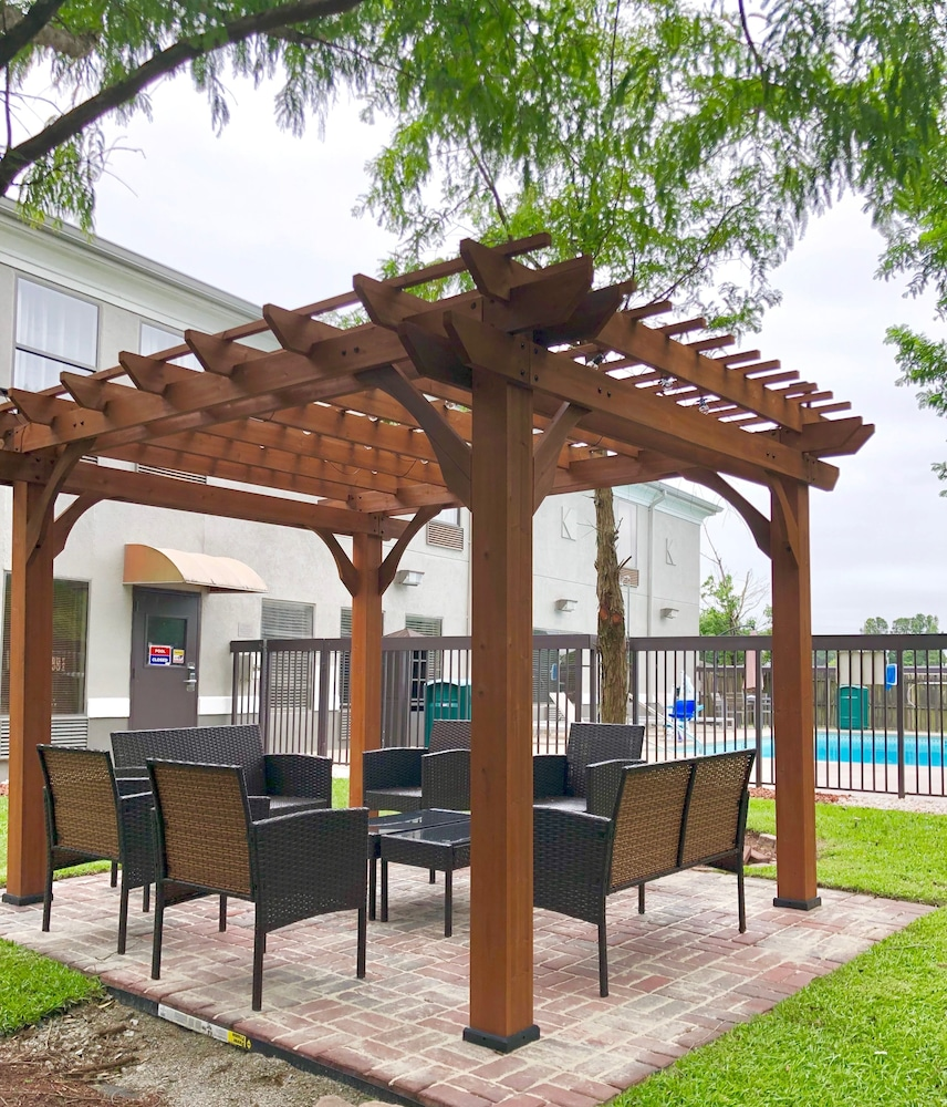 Terrace/Patio, Country Inn & Suites by Radisson, Greenville, NC