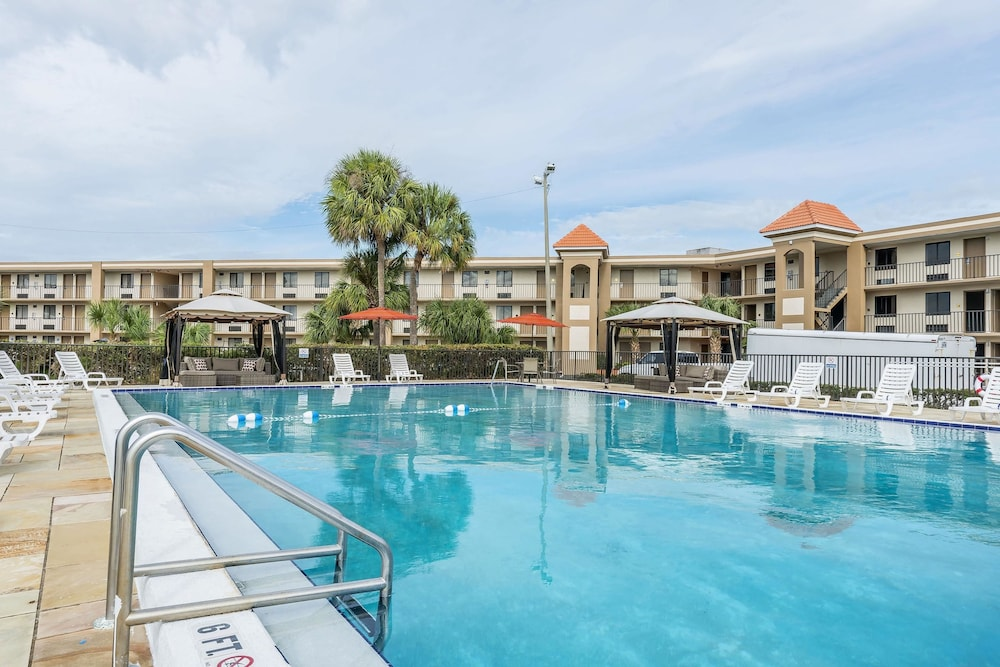 Pool, Quality Inn & Suites Kissimmee by The Lake