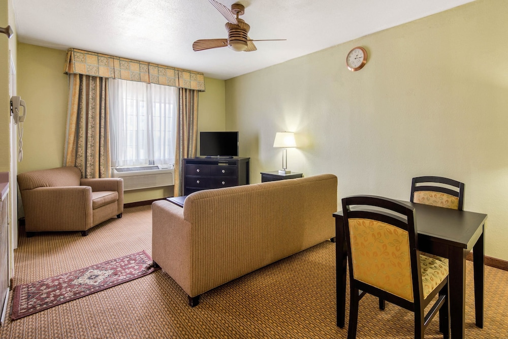 Room, Quality Inn & Suites Gallup I-40 Exit 20